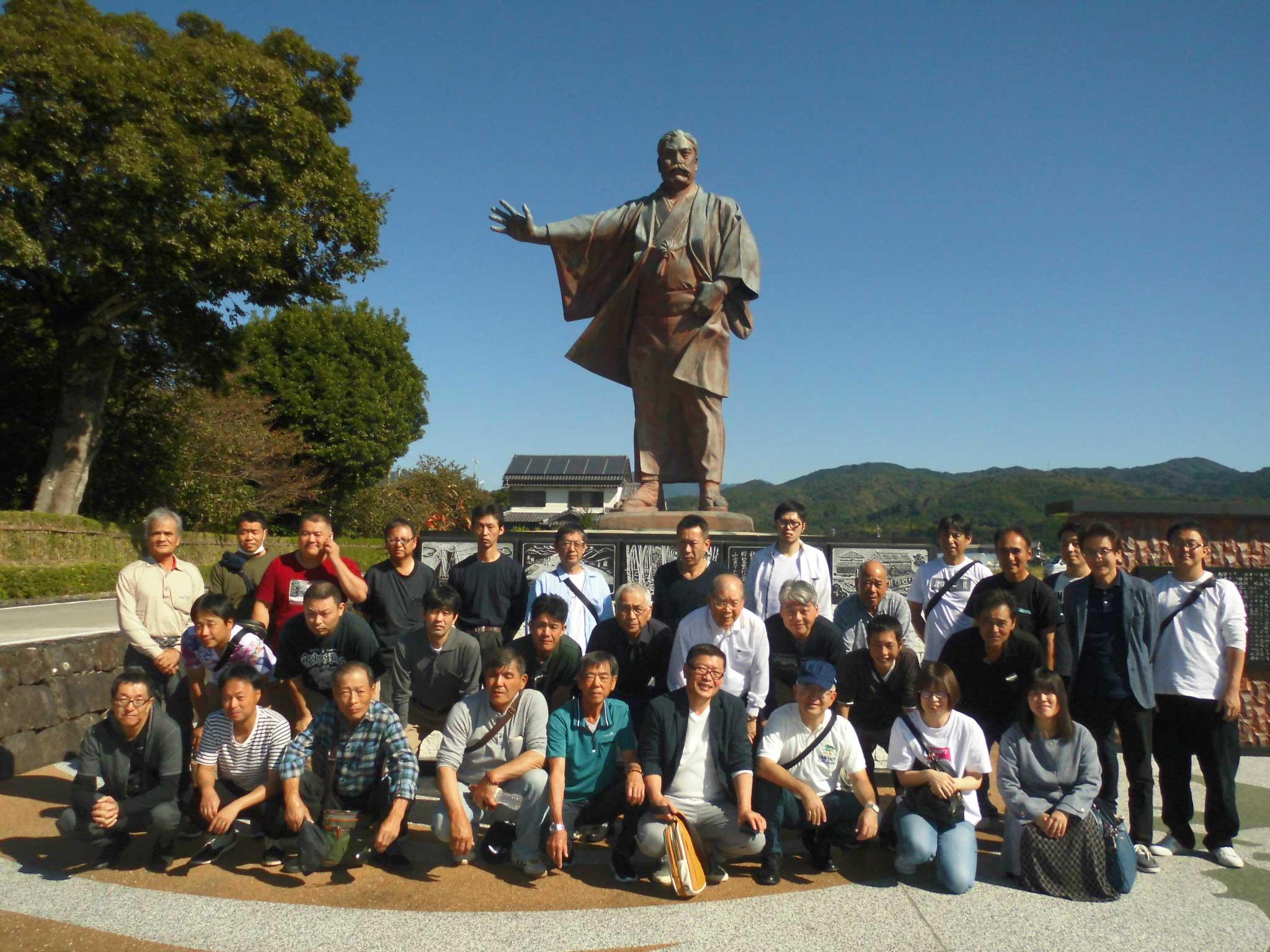 岩崎弥太郎銅像前